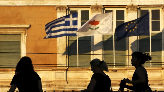 Ad Athen sgulatscha la bandiera da l'UE anc dasper quellas da la Grezia e da la Cipra.