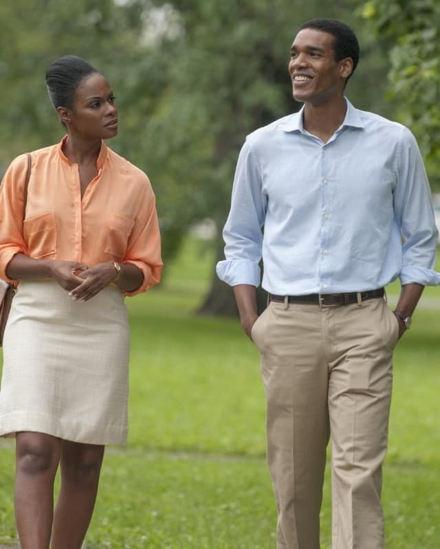 Michelle und Barack laufen durch einen Park.