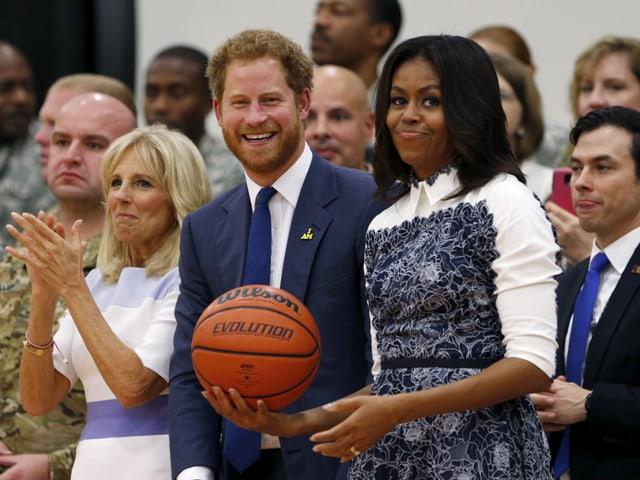 Prinz Harry stehend mit Michelle Obama mit Basketball in der Hand