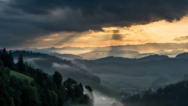 Nebel im Tal, darüber Sonnenstrahlen