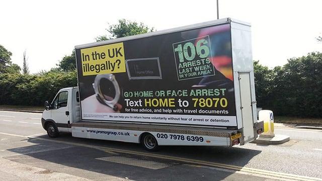 Plakat auf einem Lastwagen.