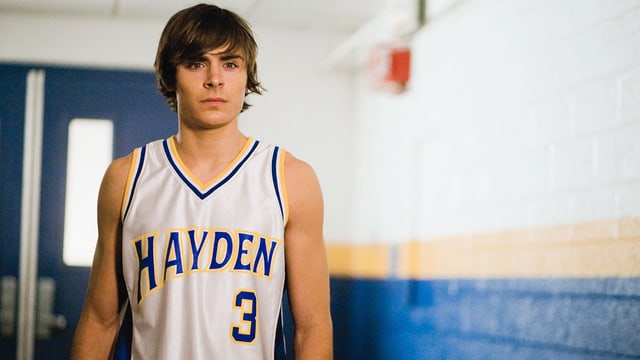Ein junger, sportlicher Mann im Muskel-Shirt.