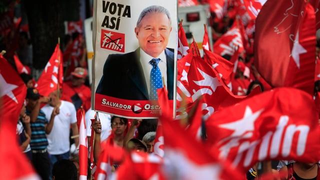Ein Fahnenmeer der Regierungspartei FMLN