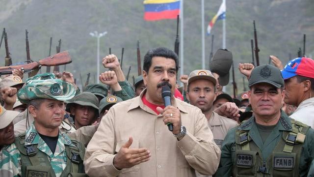 Maduro spricht vor Soldaten