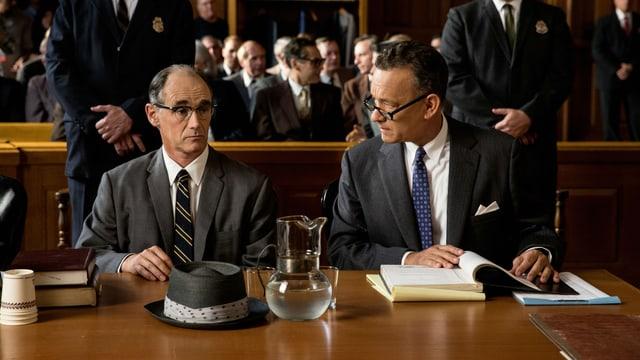 Tom Hanks und Mark Rylance in einer Filmszene im Gericht.