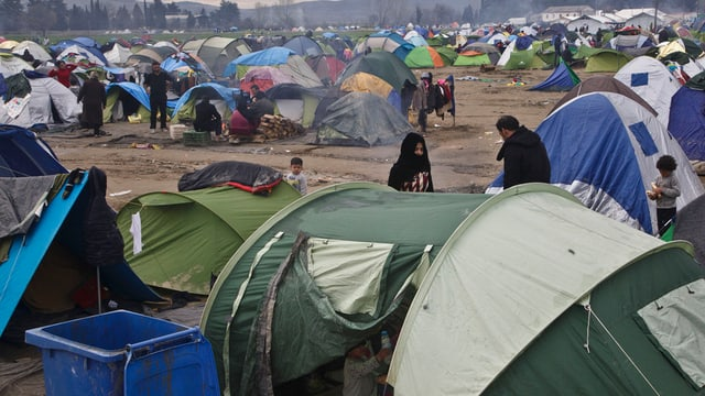 tendas da fugitivs en il champ Idomeni en il nord da la Grezia