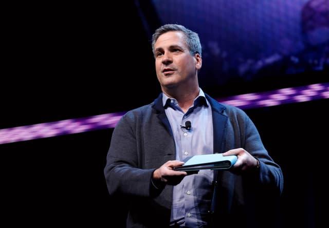 Chris Walker, Vizepräsident von Intels Mobile Platforms Group, zeigt einen faltbaren OLED-PC