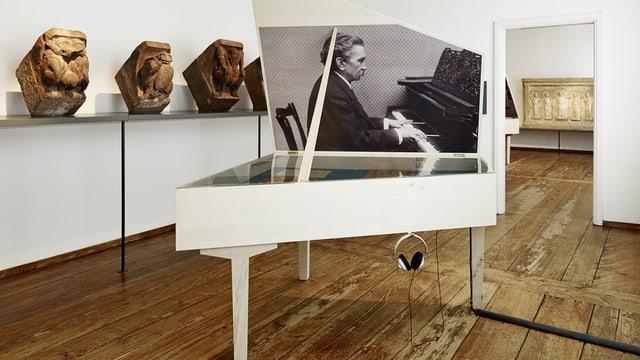 Ein Guckkasten in Form eines Flügels ist Teil der Ausstellung über Hans Huber.