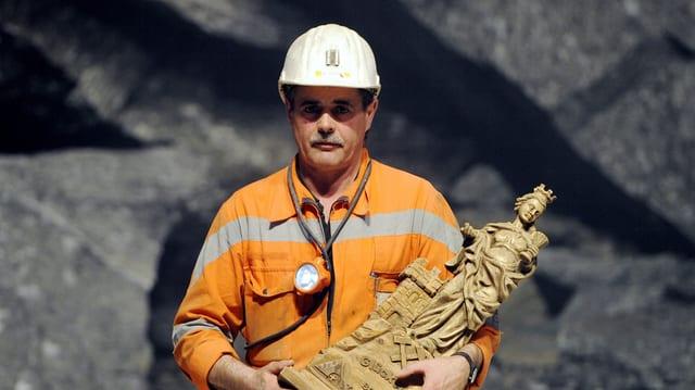 In minier cun la statuada la sontga Barbara.