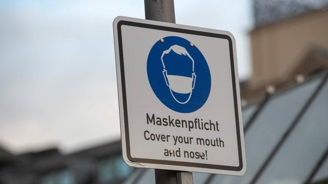"""Ein Schild mit der Aufschrift """"Maskenpflicht"""""""