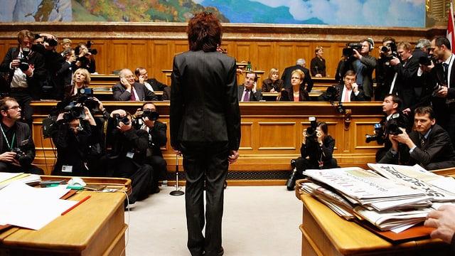 Die neugewählte Bundesrätin Eveline Widmer-Schlumpf wartet am 13. Dezember 2007 auf ihre Vereidigung.