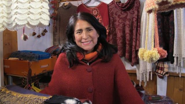Eine Marktfahrerin aus Peru wartet auf Kundschaft am Dörfli-Weihnachtsmarkt