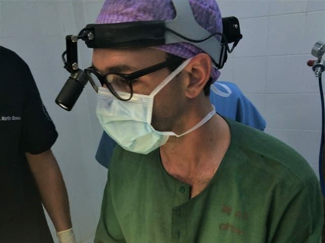 Philippe Schucht mit einer Chirurgenbrille und Gesichtsmaske in Myanmar, früher Burma genannt.