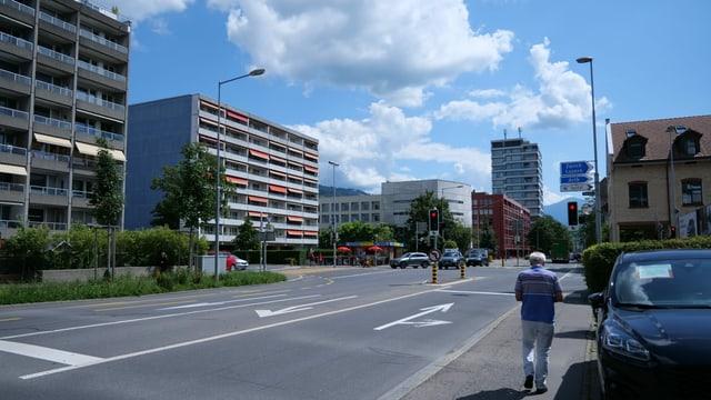 Blick auf eine Strassenkreuzung in der Stadt Zug. Hier soll das Holzhochhaus hinkommen.