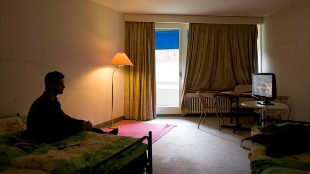 Asylbewerber in einem Zimmer in Zürich.