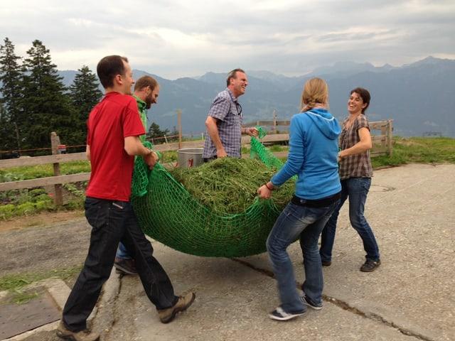 Abtransport von 100 Kilo Gras.