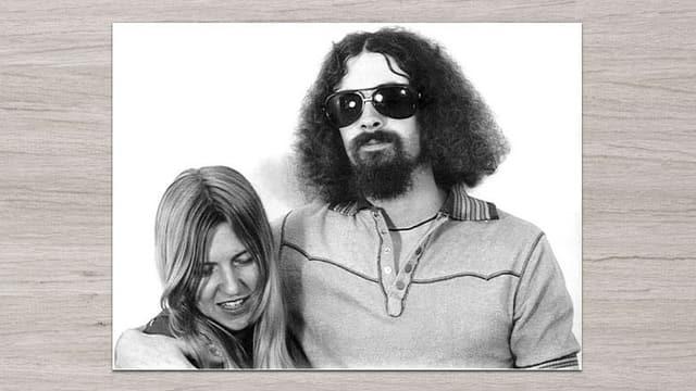 Ein Mann mit dunkler Sonnenbrille und eine Frau mit blonden Haaren auf einem Schwarzweiss-Bild.