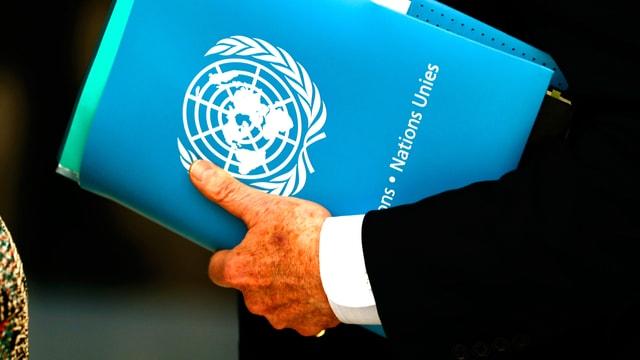 Die Hand des Sonderbeauftragten der UNO Staffan de Mistura mit dem Syrien-Dossier.