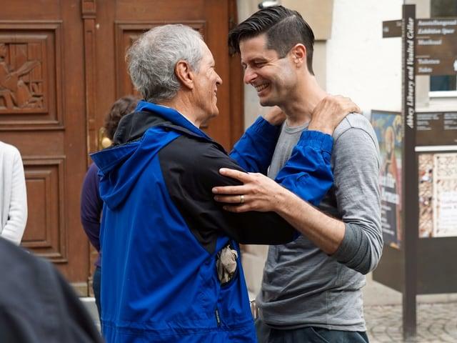 Zwei Männer, die sich umarmen
