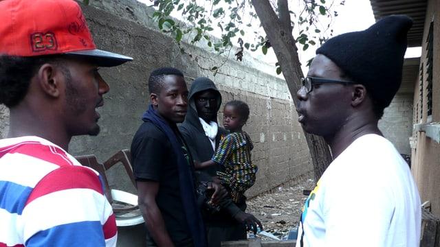 Eine Gruppe junger Afrikaner im Gespräch.