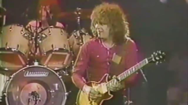 Gary Richrath mit E-Gitarre auf der Bühne.