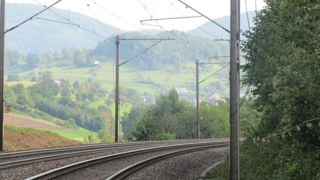 Eine Kurve der Bahnlinie zwischen Hornussen und Zeihen, wo die Kupferkabel nun fehlen.