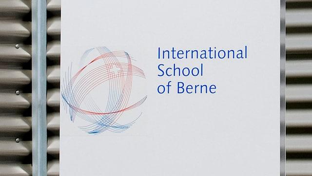 Ein Schild mit dem Schriftzug der International School of Berne