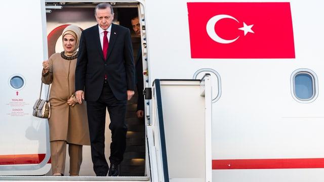 Präsident Erdogan und seine Frau verlassen in Brüssel das Flugzeug.