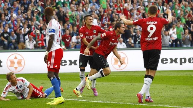 Johan Djourou (2. v. l.) enttäuscht, daneben jubelnde Hannover-Spieler.
