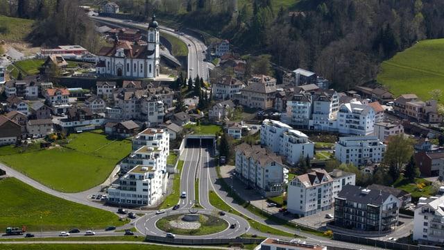 Ortsteil Schindellegi mit Kirche und Kreisel