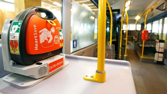Defibrillator-Gerät in einem öffentlichen Bus.