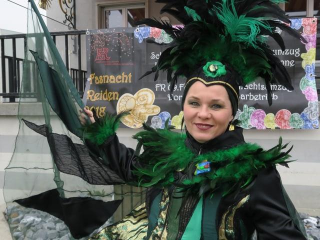 Frau in grünem Fasnachtskostüm.