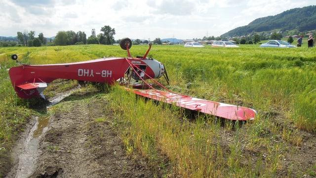 Das rote Kleinflugzeug liegt auf einem Feld bei Lommis.