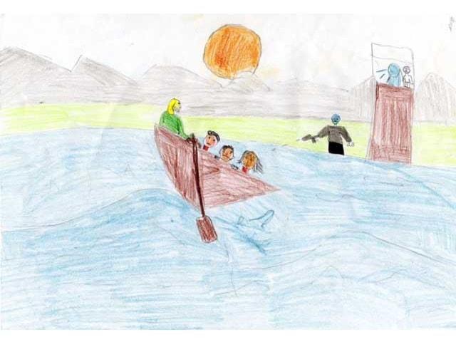 In einem Ruderboot sitzen Leute, jemand schiesst vom Ufer aus darauf.