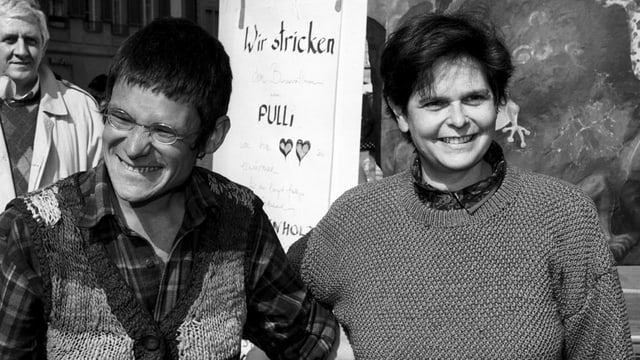 Bruno Manser und Ruth Dreifuss beim Stricken auf dem Bundesplatz in Bern.