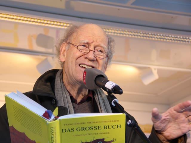 Franz Hohler auf der JRZ-Bühne in Zürich.