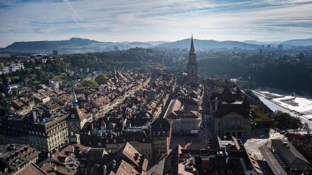 Luftaufnahme über die Dächer der Berner Altstadt Richtung Bärengraben.