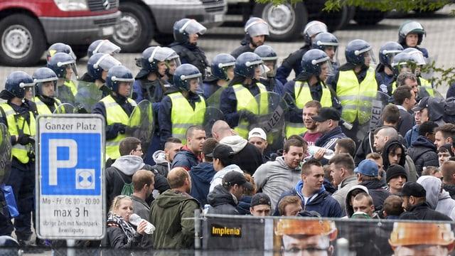 Polizisten kesseln FCZ-Fans ein.
