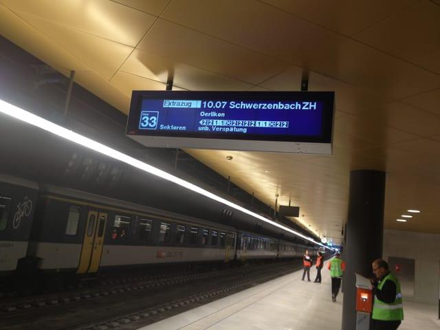 Eine Anzeigetafel übe reinem Perron weist auf eine Verspätung des Zuges hin