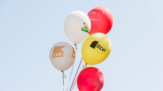 Ballone der Parteien in der Luft.