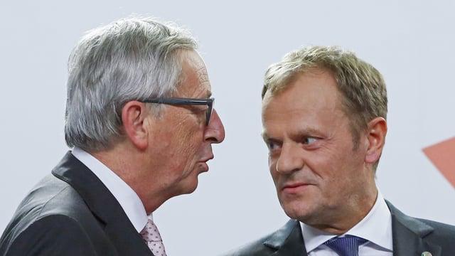 Il schef dal la cumissiun da l'UE, Jean Claude Juncker en discurs cun il president dal cussegl da l'UE, Donald Tusk.