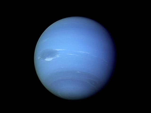 Blaue Kugel namens Neptun.