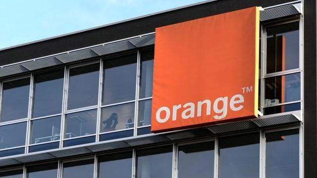 Gebäude mit Orange-Logo.