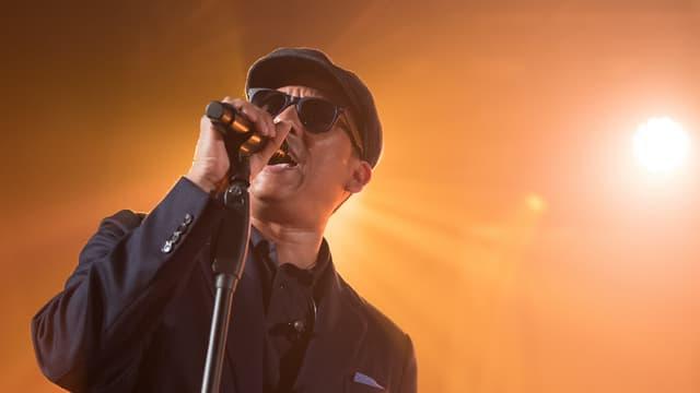 Mann singt mit Mikrofon