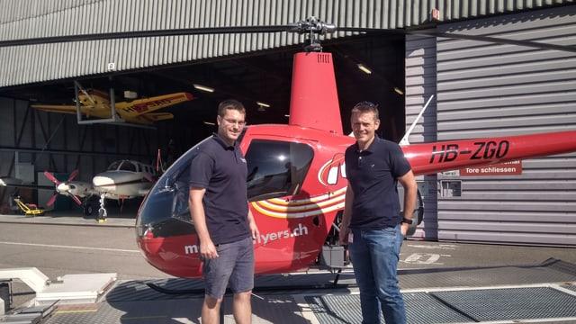 Zwei Männer vor einem Helikopter