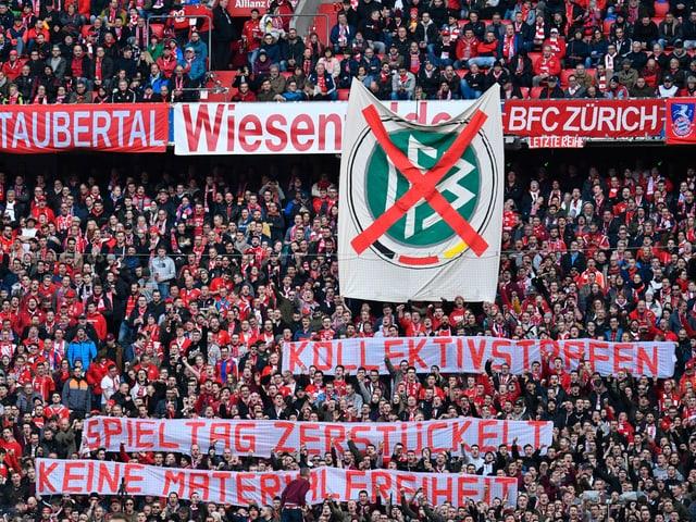 Fans zeigen Plakate