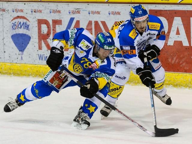Jan von Arx und Arnaud Jacquemet kämpfen im Playoff-Final 2009 um den Puck.