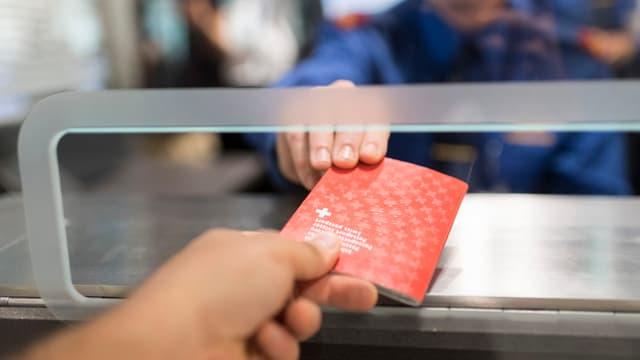 Pass an der Passkontrolle