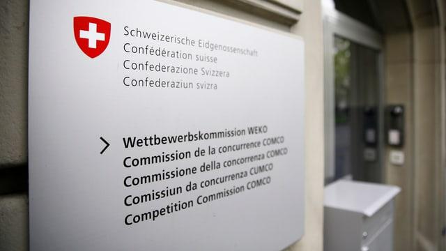 Eingang zur Wettbewerbskommission, Schild mit Schweizer Emblem links neben der Tür.