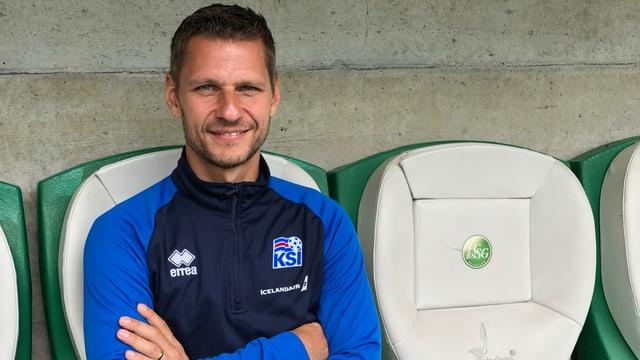 Sebastian Boxleitner sitzt mit verschränkten Armen auf der Trainerbank des FC St. Gallen.